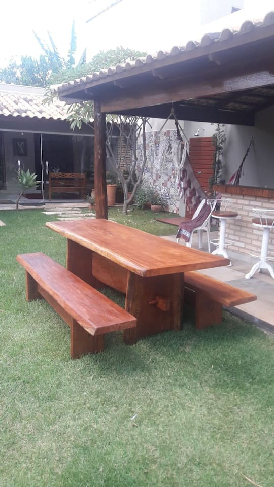 Casa com jardim em frente ao Praia Clube!