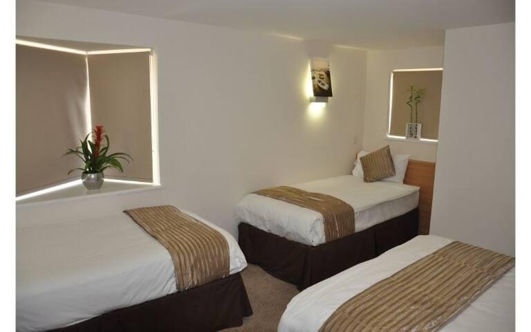 Queens Hotel QUADRUPLE ROOM - Breakfast & Wifi Inc