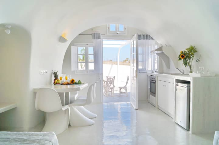 Cally Cave Grand Suite dbl, shared pool, near Fira