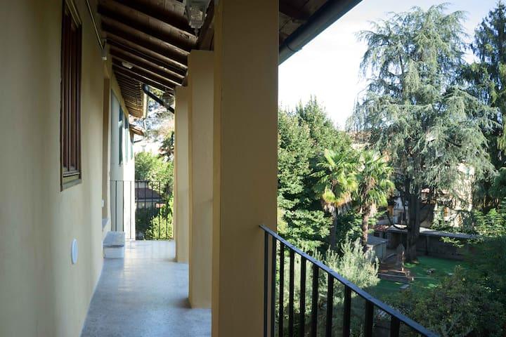 Il terrazzo con vista sui giardini. Qui ci facciamo colazione d'estate. Le finestre di lato sono quelle della cucina e del tinello. È provvisto di cancelletto.