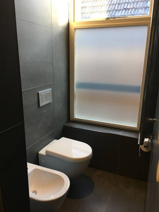 Modern toilet in de badkamer.