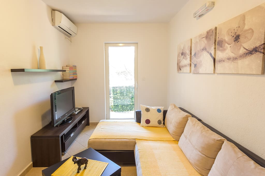 Great apartment for three person with small balcony with view at backyard. Very comfortable at the first line to the beach. Also there is restaurant Katic with delicious food.