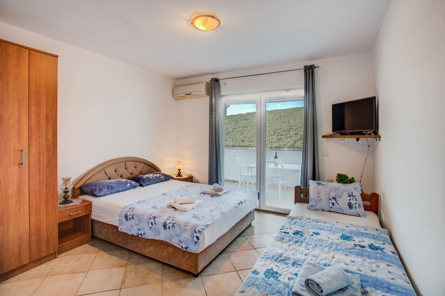 Located in small, once fishing village Bigova, with a unique sea-view, Vesna apartments are real summer oasis. Just 30m from the sea, this one bedroom apartment for 3 persons has a terrace with a sea view.