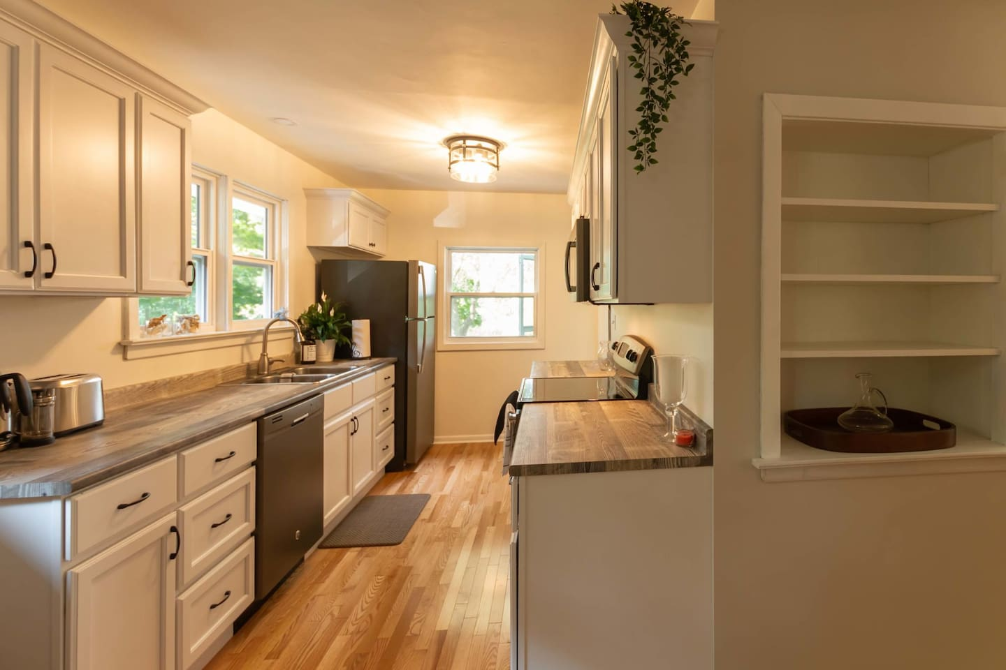 Newly-renovated kitchen with 4 appliances and ALL of the incidentals you'll need for a Family/Thanksgiving/Christmas dinner with 'all the fixings'