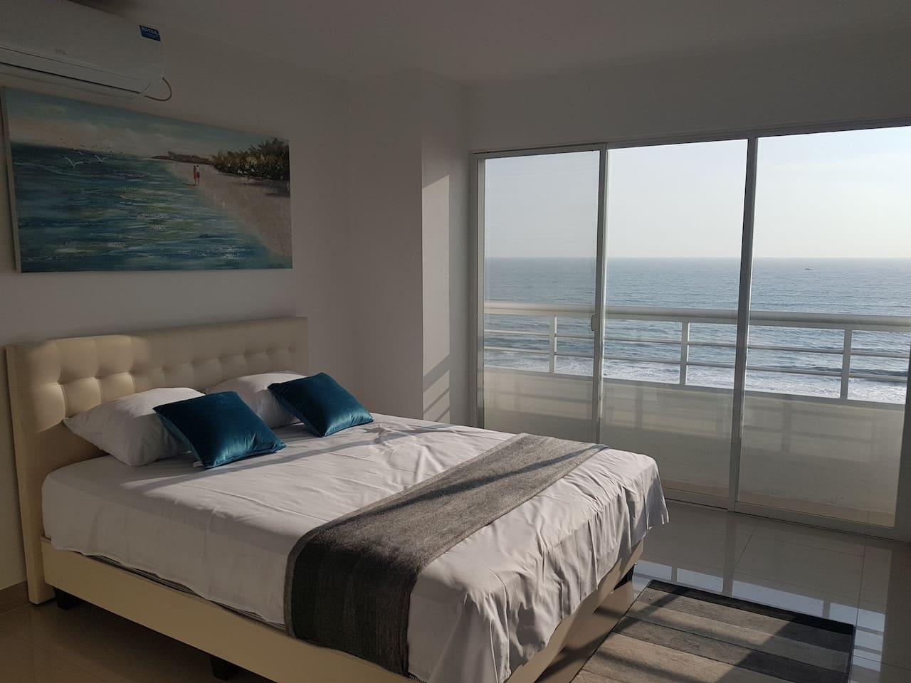 Suite con Balcon. Cama Queen 2.5 Plazas y sofa cama 2.0 Plazas.  Vista increíble al Mar.  Alojamiento completo con entrada independiente.  Parqueo con seguridad gratuito. Se permiten mascotas .