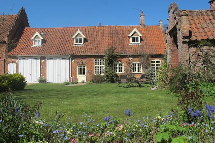 Gaffers Cottage on a farm near Norwich (5 miles)