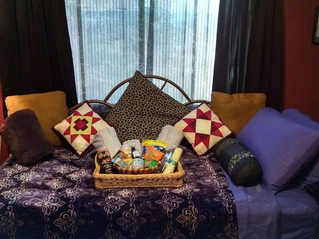Cute & Cozy Room in Artistic Home