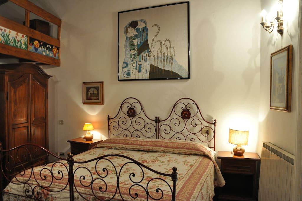 il letto doppio della camera con la mansarda