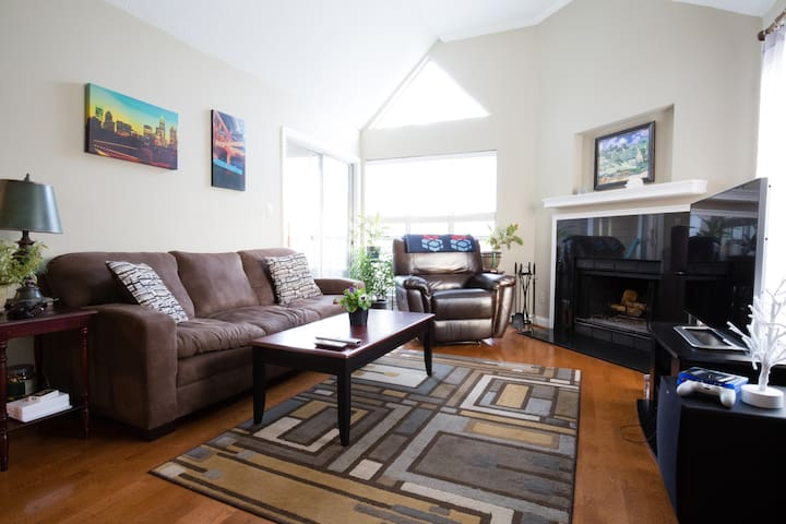 Cozy Condo in Quiet Elizabeth