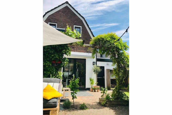 Gehele woning met een heerlijke tuin nabij centrum