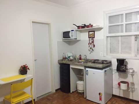 Uma cozinha no quarto equipada com o básico para  um café e  pequenas refeições.