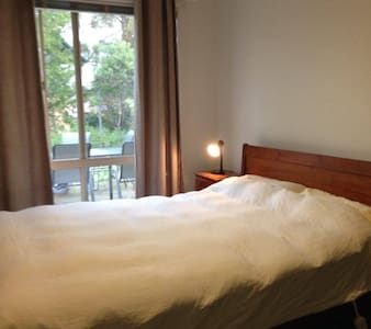 Private floor with a spacious and sunny bedroom - Lyneham - 其它