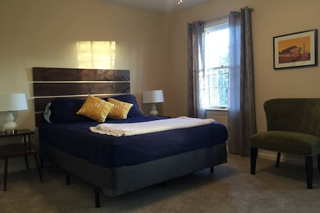 Mid-century modern bedroom in the East End - Louisville - House