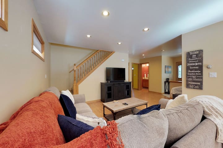 Spacious chalet w/private hot tub & jetted tub -near lake & slopes