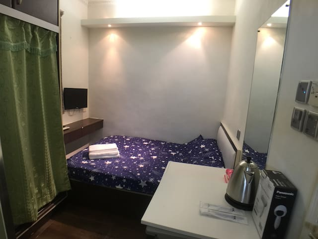 Central Wanchai/cozy private room/2 guest/Near MTR