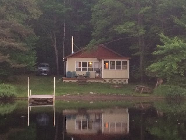 Muskoka,Rustic Waterfront 2 Bedroom