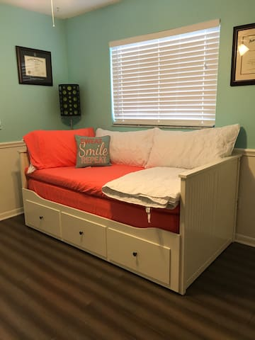 Private room in St Pete with Day Bed