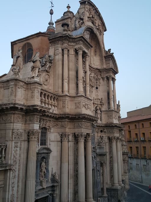 Ubicada en la misma plaza de la catedral.
