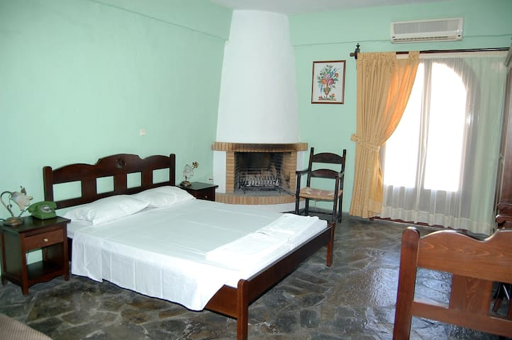 Arolithos Village-Double room - Tylissos - Bed & Breakfast