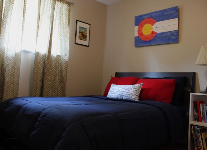 Cozy Bedroom, 10 Minutes to Downtown