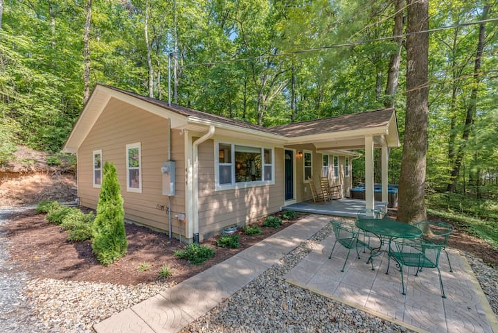 Knobby Creek Cottage - A Luxurious Tryon Cottage W/Hot Tub, Fire-pit & stream