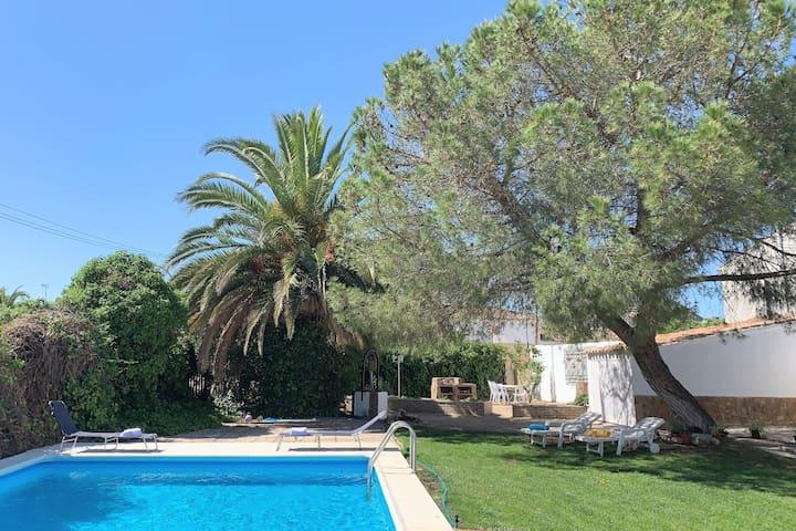 Villa con precioso jardín cerca deToledo. Piscina.