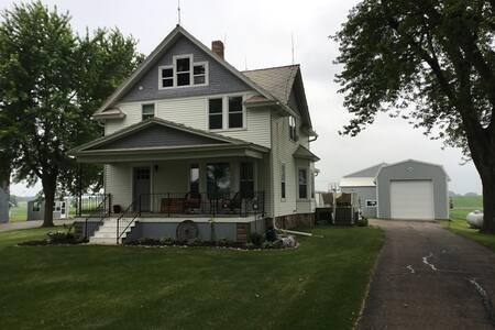Newly Renovated Farmhouse 15 minutes from EAA