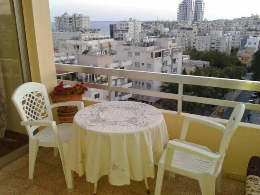 балкон с видом на море и центр Лимассола
