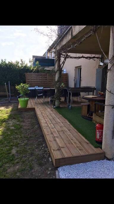 Terrasse avec table de jardin et jaccuzi de juin à septembre.