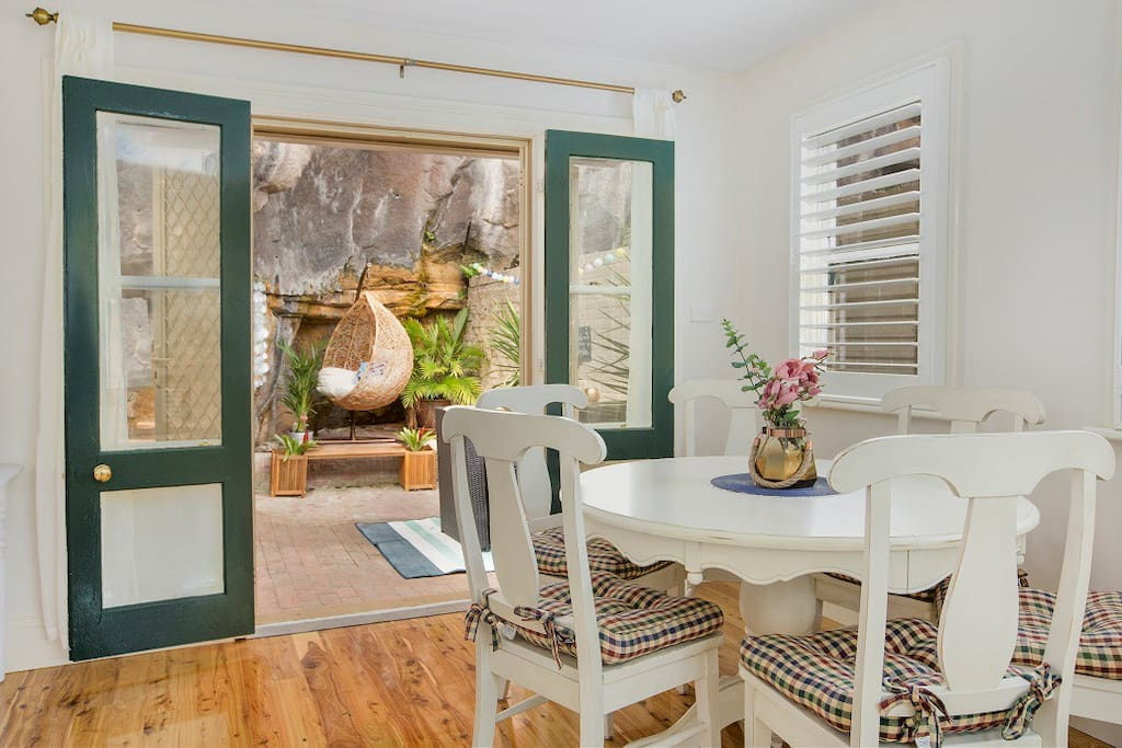 Lovely dining area leading to private couryard