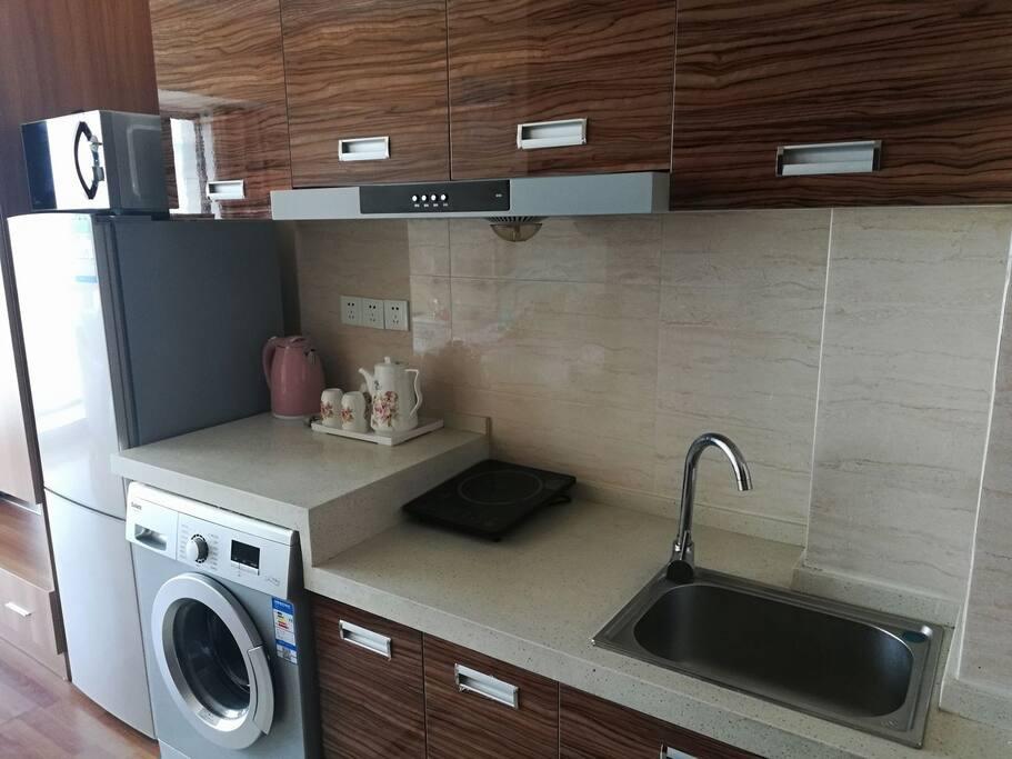 冰箱,全自动滚筒洗衣机,电磁炉,微波炉,电水壶,油烟脱排,水池生活方便舒适。