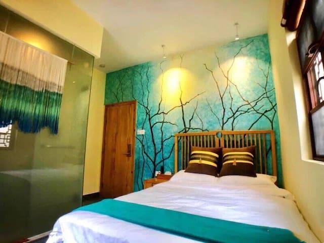 雅韵大床房,以生动立体的手绘画为主,清新又不失浪漫。房间面积约15平方米,位于二楼。