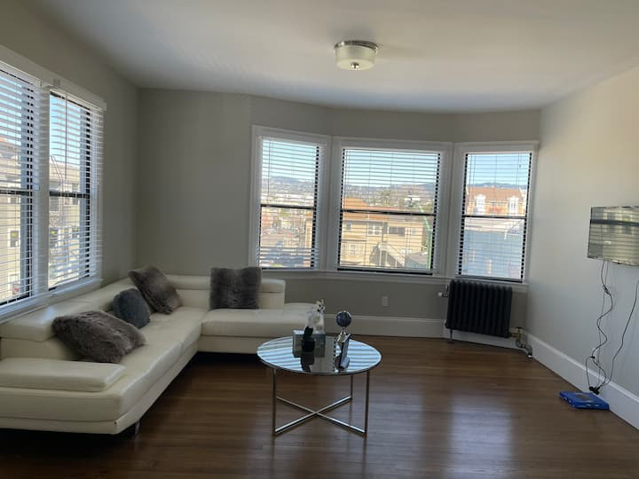 Clean Sunny Corner 1 bedroom Lake Merritt Unit ☀️