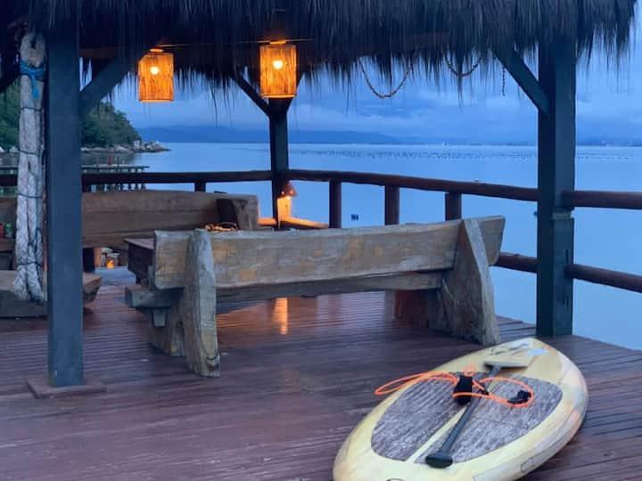 Casa na praia da Tainha com amplo deck frente mar