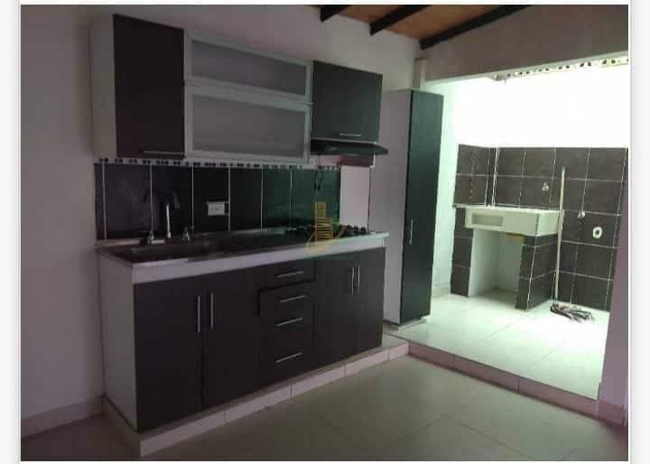Habitación cómoda , amoblada con tv wifi cable