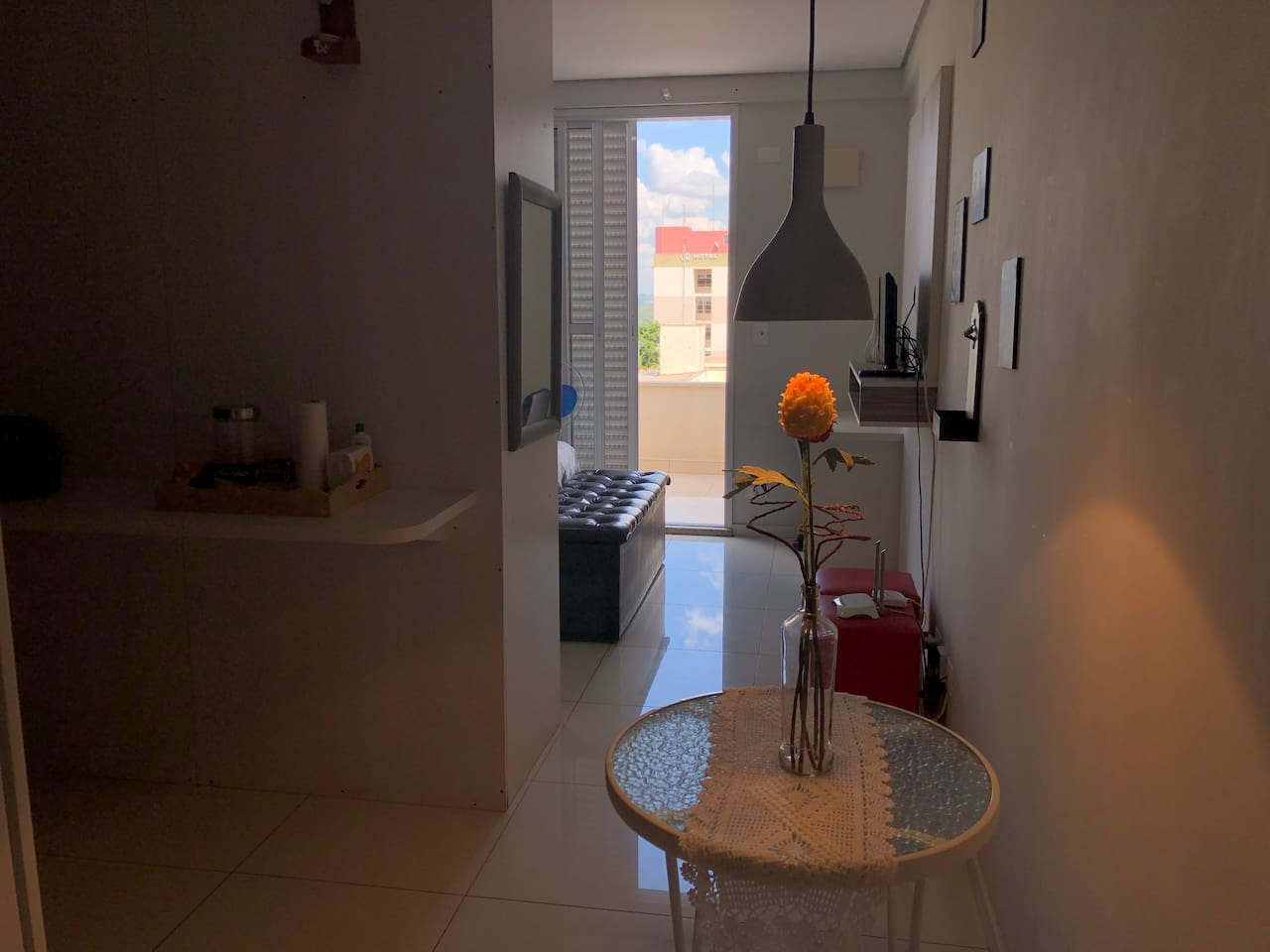 Entrada, divisória entre cozinha e quarto, ao fundo porta da varanda