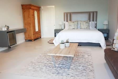 Honeymoon Suite - Room 9 Kind Bed , On -Suite Bathroom , Beautiful sea views.