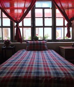 原汁原味藏式小院(男生床位)阳光木顶房 - Lasa Shi