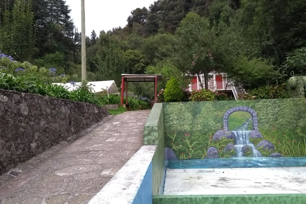 Acceso al jardín principal