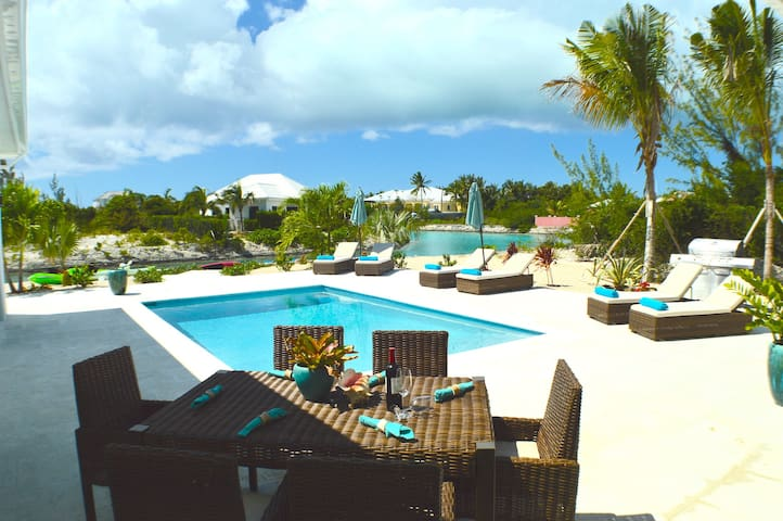4 Bedroom Canal Front Vacation Home - Caicos Islands - Villa