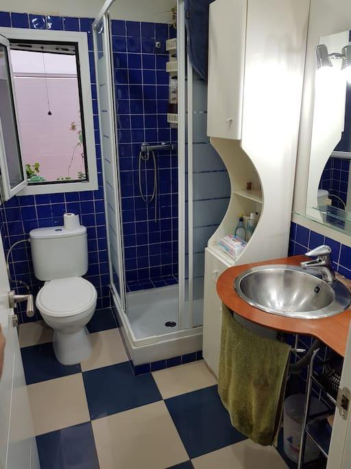 Baño privado con toallas limpias y gel de baño