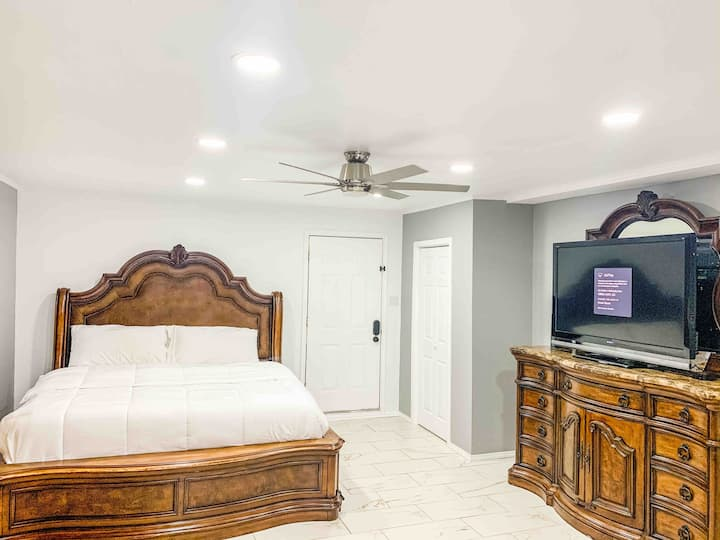 New Furnished Luxury Private Bedroom /Entrance