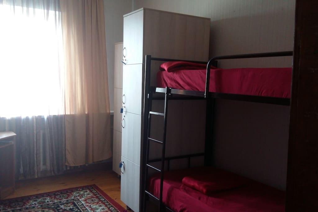 Комната 20кв.м. на 6человек, кондинционер, индивидуально шкафчик под ключ,прикроватные  свет, розетка, 500руб ночь