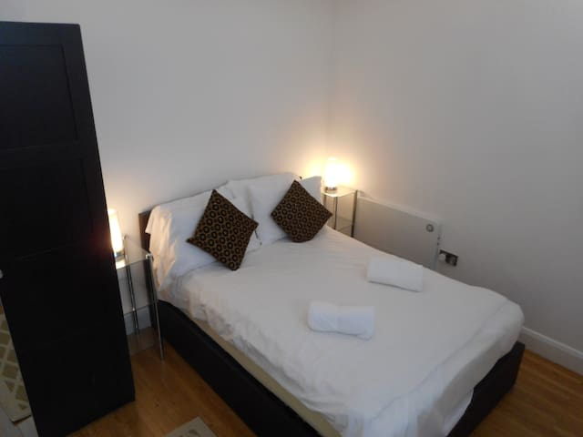 Newly Furbished Apartment Sleeps 2 only - Bedford - Lägenhet