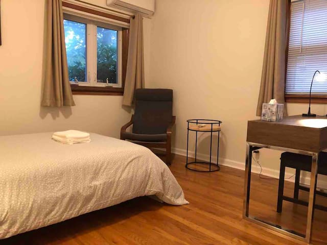 Large bedroom in the center of Fresh Meadows
