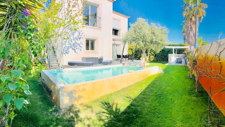 Villa  avec piscine dans un écrin de verdure.