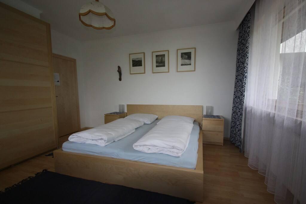 2Bett-Zimmer mit Doppelbett und Gitterbett