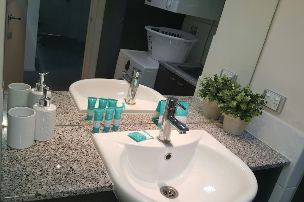main bathroom with shampoo/conditioner/shower gel/ shower cap / soap provided