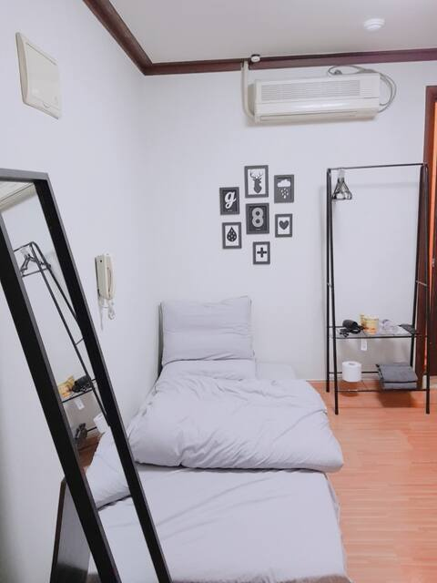 Black&white (cost-effective room)