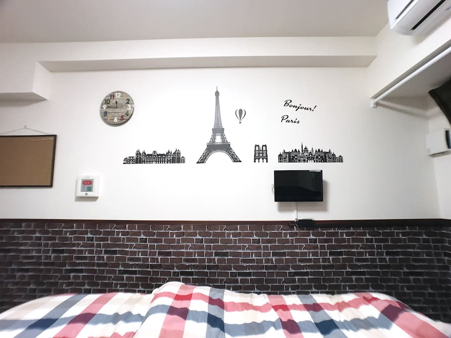 It is a space that you can relax relaxingly in the atmosphere of a calm room with brick wallpaper. レンガ調の壁紙で落ち着いた部屋の雰囲気でゆったり過ごせるスペースになっています。